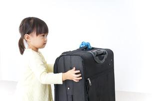 スーツケースを運ぶ子供の写真素材 [FYI04725728]