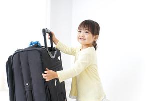 スーツケースを運ぶ子供の写真素材 [FYI04725730]