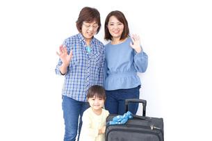 スーツケースを持つ家族の写真素材 [FYI04725743]