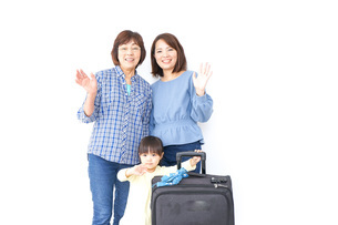 子供・母・おばあちゃんと一緒に旅行の写真素材 [FYI04725749]