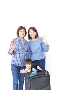 スーツケースを持つ家族の写真素材 [FYI04725751]