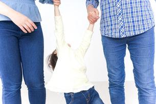 仲良しの子供と母とおばあさんの写真素材 [FYI04725783]