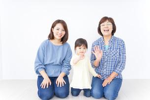 仲良しの家族イメージの写真素材 [FYI04725794]