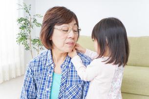 おばあちゃんと遊ぶ子どもの写真素材 [FYI04725798]