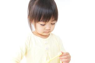 歯磨きをする子どもの写真素材 [FYI04725800]