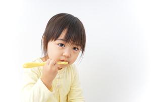 歯磨きをする子どもの写真素材 [FYI04725801]