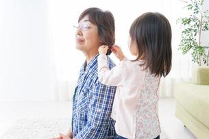 おばあちゃんと遊ぶ子どもの写真素材 [FYI04725804]