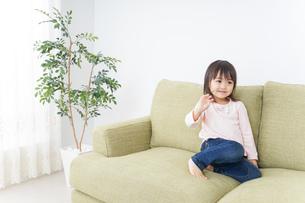 部屋で一人で遊ぶ子供の写真素材 [FYI04725819]