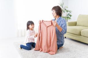 おばあちゃんと遊ぶ子供の写真素材 [FYI04725820]