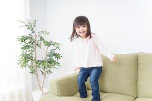 部屋で一人で遊ぶ子供の写真素材 [FYI04725821]