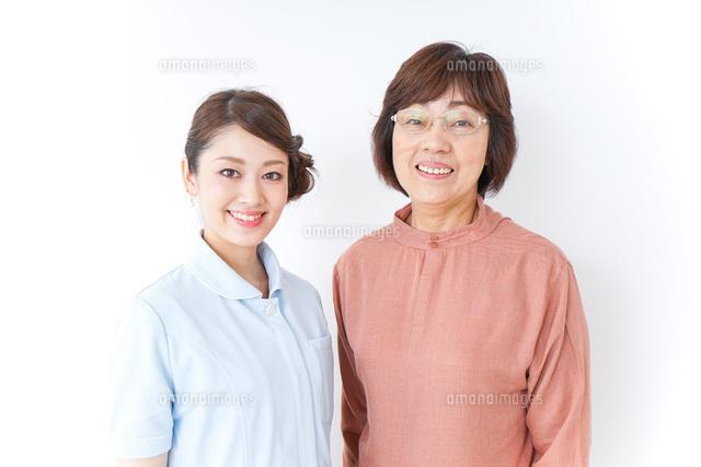 高齢女性と看護師の写真素材 [FYI04725829]