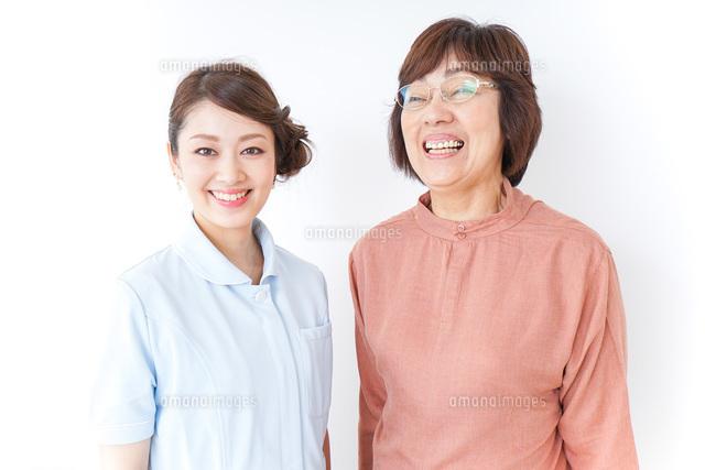高齢女性と看護師の写真素材 [FYI04725832]