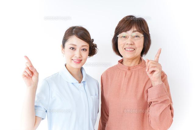 高齢女性と看護師の写真素材 [FYI04725834]