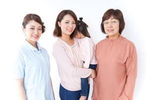 家族と看護師の写真素材 [FYI04725841]