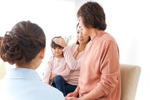 家族で検診を受ける子供の写真素材 [FYI04725856]