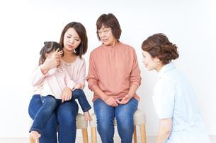 家族・医療イメージの写真素材 [FYI04725857]