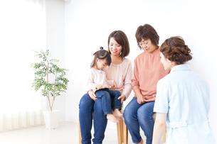 家族・医療イメージの写真素材 [FYI04725866]