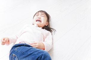 泣く子供の写真素材 [FYI04725894]