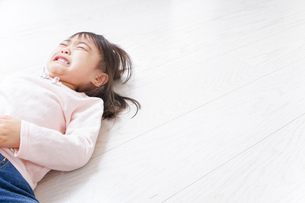 泣く子供の写真素材 [FYI04725898]