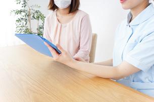 病院で説明を聞く女性の写真素材 [FYI04725900]