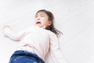 泣く子供の写真素材 [FYI04725903]