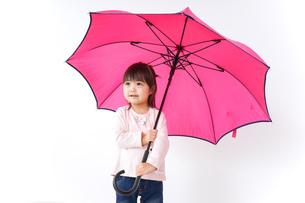 傘をさす子どもの写真素材 [FYI04725913]