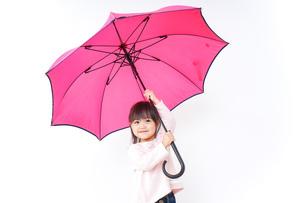 傘をさす子どもの写真素材 [FYI04725919]
