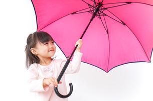 傘をさす子どもの写真素材 [FYI04725921]