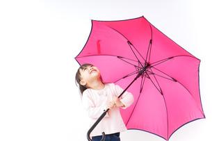 傘をさす子どもの写真素材 [FYI04725922]