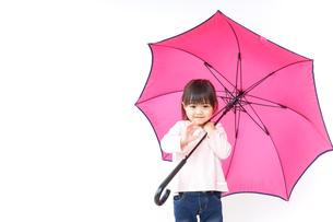 傘をさす子どもの写真素材 [FYI04725924]