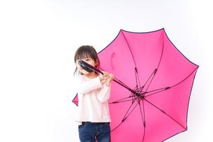 傘をさす子どもの写真素材 [FYI04725925]