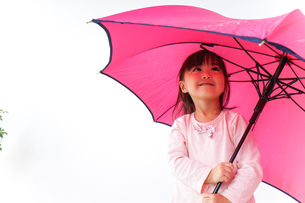 傘をさす子どもの写真素材 [FYI04725926]