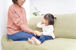 おばあちゃんと遊ぶ子どもの写真素材 [FYI04725931]