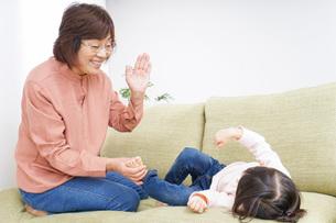 おばあちゃんと遊ぶ子どもの写真素材 [FYI04725938]
