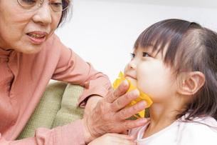 おばあちゃんと遊ぶ子どもの写真素材 [FYI04725946]