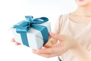 プレゼントと女性の写真素材 [FYI04726006]
