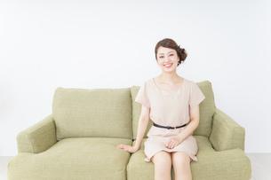 自宅に招く女性の写真素材 [FYI04726008]