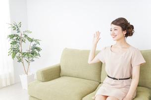 自宅に招く女性の写真素材 [FYI04726013]