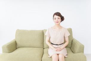 自宅に招く女性の写真素材 [FYI04726018]