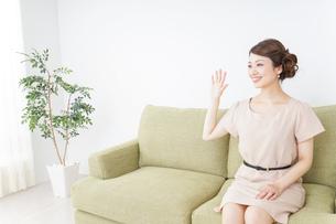 自宅に招く女性の写真素材 [FYI04726021]