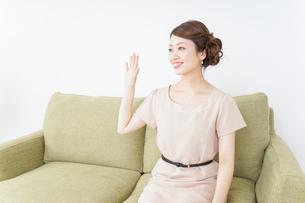 自宅に招く女性の写真素材 [FYI04726023]