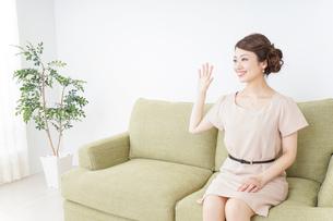 自宅に招く女性の写真素材 [FYI04726024]