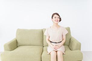 自宅に招く女性の写真素材 [FYI04726026]