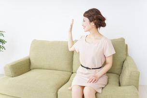 自宅に招く女性の写真素材 [FYI04726027]