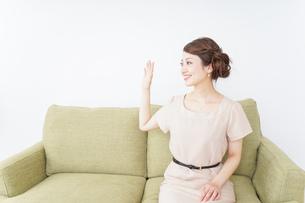 自宅に招く女性の写真素材 [FYI04726030]