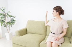 自宅に招く女性の写真素材 [FYI04726031]
