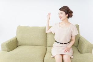 自宅に招く女性の写真素材 [FYI04726033]