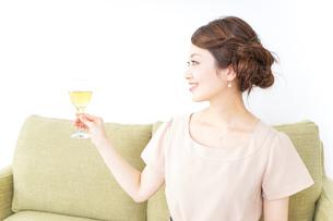 自宅でお酒を飲む女性の写真素材 [FYI04726035]
