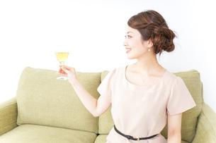自宅でお酒を飲む女性の写真素材 [FYI04726038]