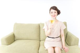 自宅でお酒を飲む女性の写真素材 [FYI04726040]